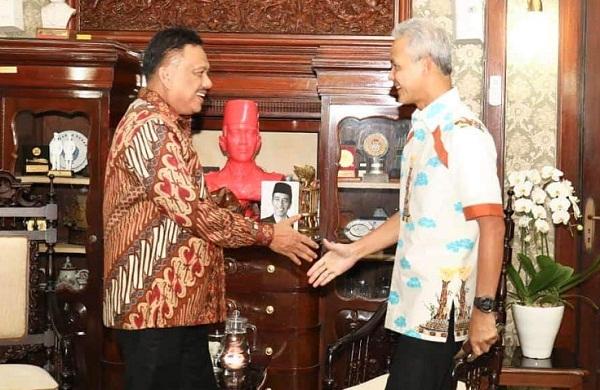 Gubernur Jawa Tengah Ganjar Pranowo menerima kedatangan Ketua FK PKB PGI Olly Dondokambey SE yang juga Gubernur Sulut, Minggu (12/05/2019)