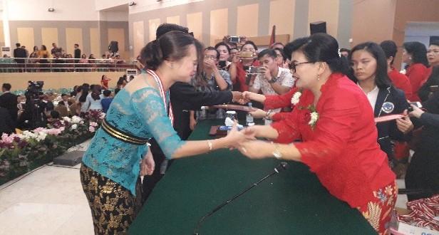 Kepala SMA Negeri 1 Manado Dra Sherly Kalangi MSi mengalungkan tanda kelulusan pada para lulusan, Selasa (14/05/2019)