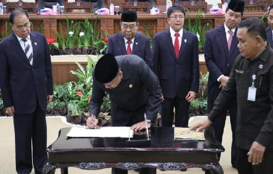 Gubernur Olly Dondokambey SE saat menandatangani dokumen hasil pemeriksaan BPK RI di Rapat Paripurna DPRD Sulut