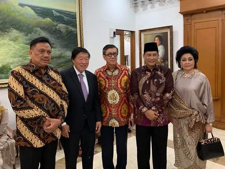 Gubernur Olly Dondokambey SE bersama para tamu di kediaman Megawati Soekarnoputri