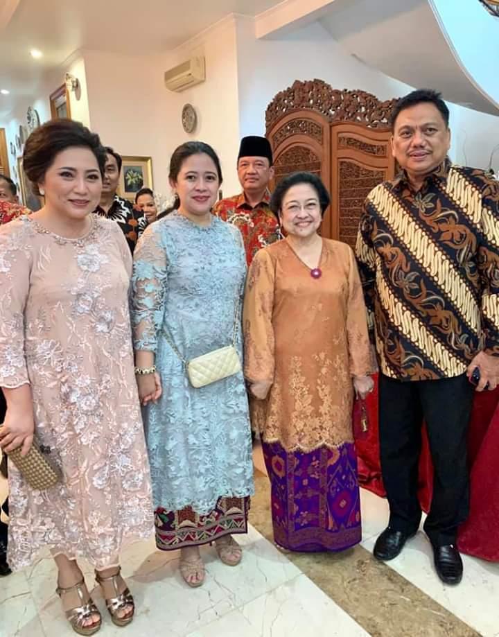 Gubernur Olly Dondokambey SE dan Istri Ibu Ir Rita Maya Dondokambey-Tamuntuan saat bersilaturahmi ke kediaman Presiden RI ke-5 Megawati Soekarnoputri, yang didampingi sang putri Puan Maharani saat Idul Fitri 1440 H, Rabu (05/06/2019) siang.