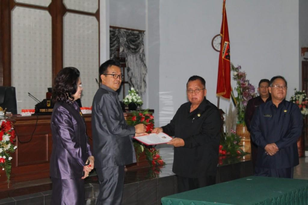Penyerahan dokumen Hasil Rapat Paripurna DPRD Minahasa kepada kepada Pemkab Minahasa yang diterima Wakil Bupati Robby Dondokambey SSi