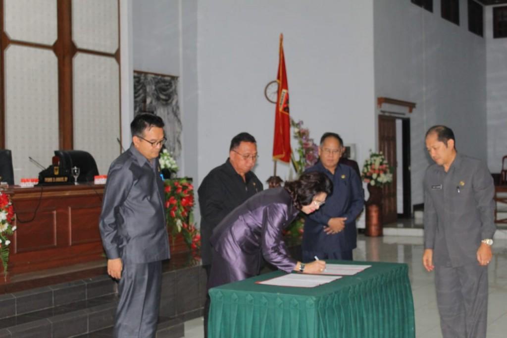 Pimpinan DPRD Kabupaten Minahasa menandatangani dokumen hasil Rapat Paripurna