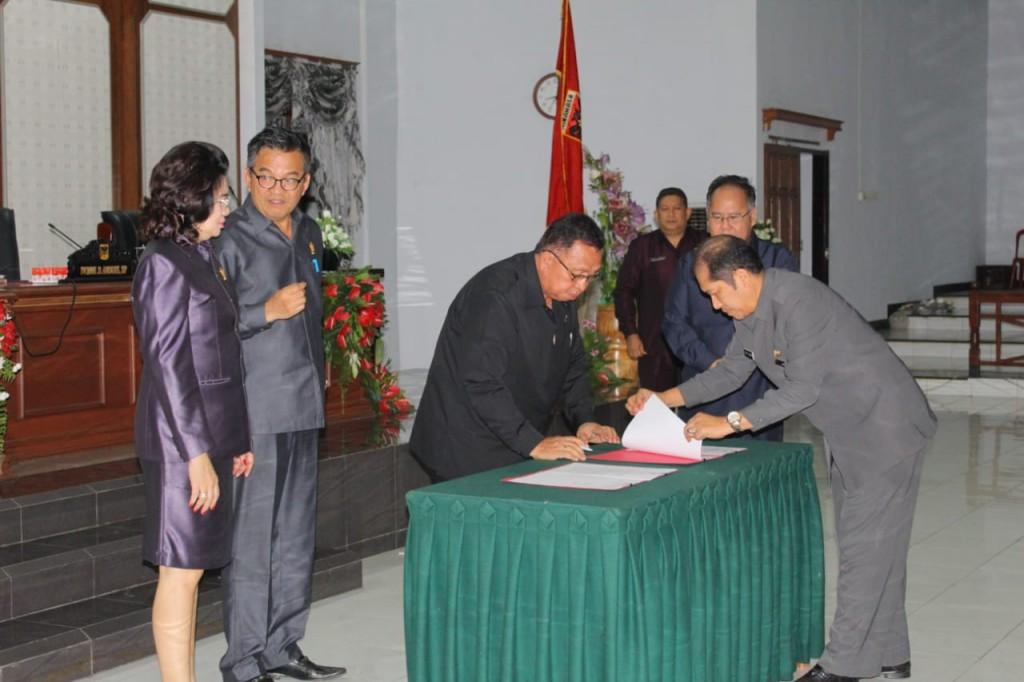 Wakil Bupati Minahasa Robby Dondokambey SSi menandatangani dokumen Hasil Rapat Paripurna DPRD Minahasa terkait PERDA Pertanggungjawaban Pelaksanaan APBD Kabupaten Minahasa TA 2018