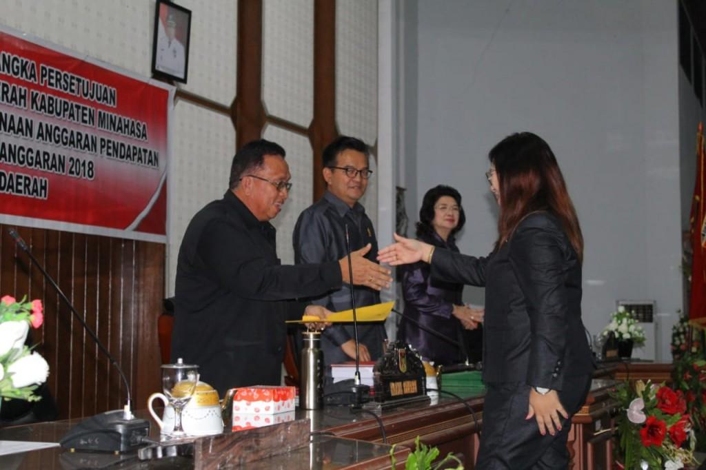 Dokumen hasil pendapat masing-masing Fraksi diserahkan pada Wakil Bupati Robby Dondokambey SSi dan Pimpinan Dewan