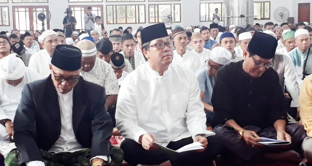 Wakil Gubernur Sulut Drs Steven OE Kandouw saat menghadiri Sholad Ied Idul Fitri 1440 H/2019 M di Masjid Raya Ahmad Yani Manado, Rabu (05/06/2019) pagi.