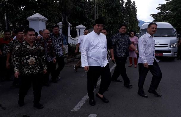 Wagub Kandouw didampinggi Wakil Bupati Bolmong Yanni Tuuk saat menuju Rudis Wakil Walikota Nayodo Koerniawan sambil berjalan kaki