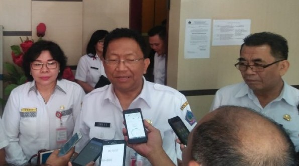 Sekretaris Daerah Provinsi Sulawesi Utara Edwin Silangen SE MS saat memberikan keterangan kepada wartawan, Rabu (12/06/2019)