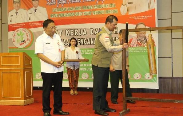 Didampingi Sekdaprov Edwin Silangen SE, Kepala BNPB RI Letjend TNI Doni Monardo memukul Tetengkoren sebagai tanda dibukanya Rakerda Pengelolaan Bencana Terpadu, Rabu (19/06/2019) pagi