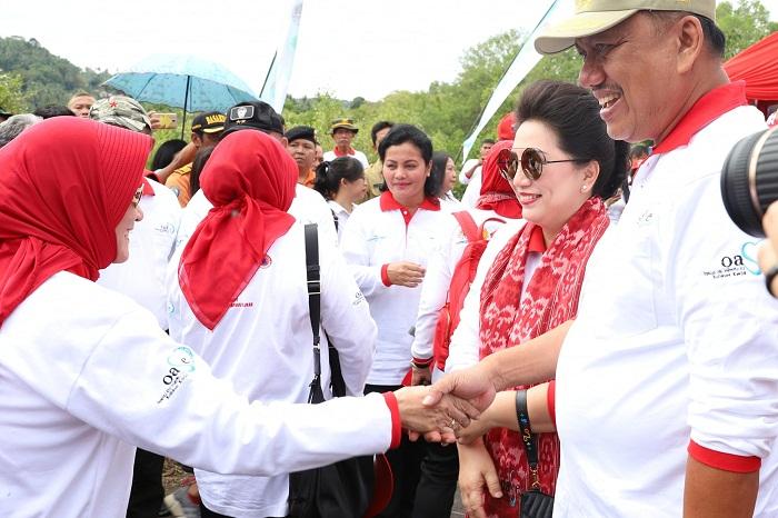 Gubernur Sulut Olly Dondokambey SE dan Ketua TP PKK Sulut Ir Rita Maya Dondokambey Tamuntuan saat menerima kedatangan para ibu yang tergabung dalam OASE Kabinet Kerja, Selasa (09/07/2019)