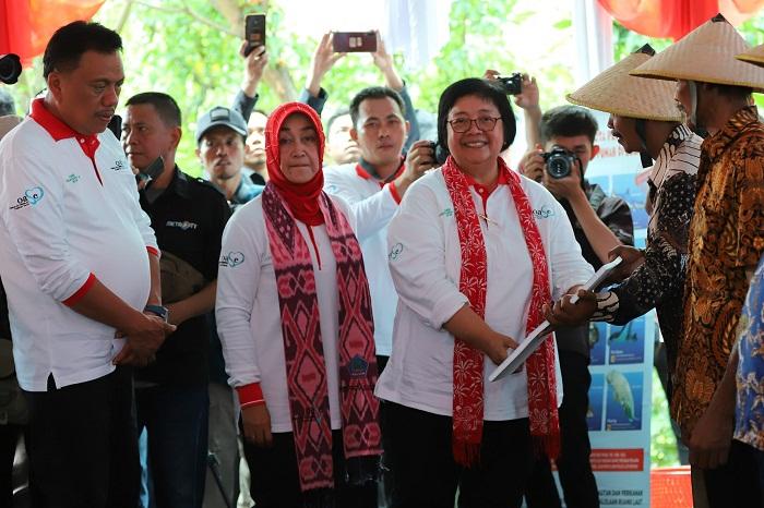 Menteri DLH menyerahkan bantuan untuk warga sekitar demi menjaga lingkungan hutan pantai