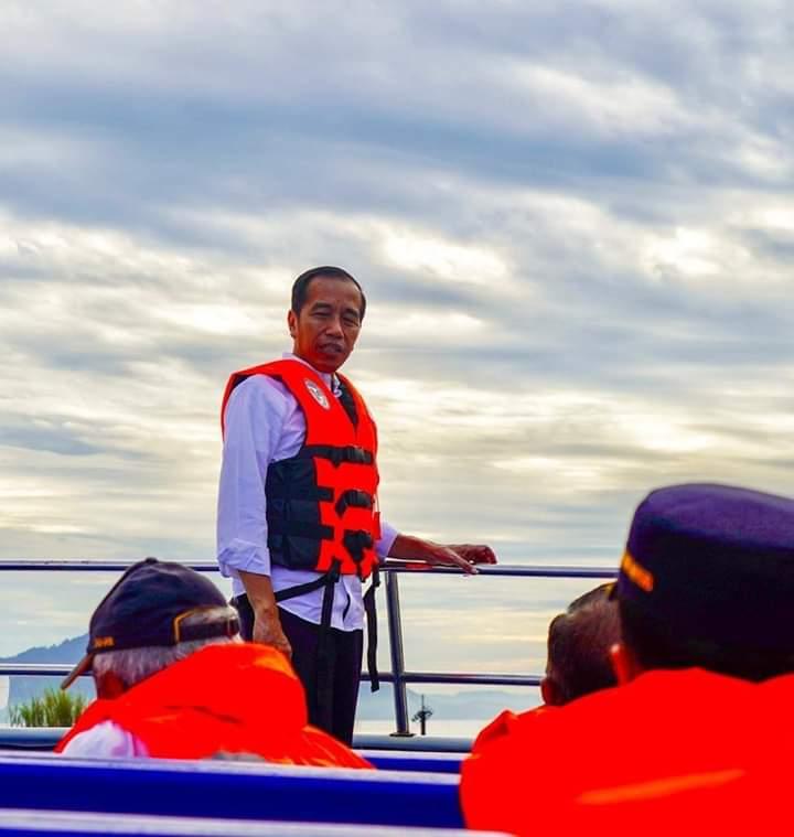 Presiden Jokowi saat berlayar menuju Taman Laut Bunaken