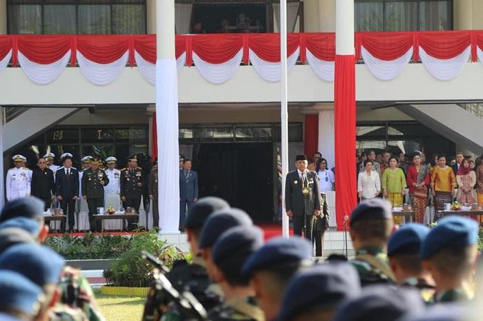 Gubernur Sulut Olly Dondokambey SE saat bertindak sebagai Inspektur Upacara dalam rangka Peringatan Hari Bhayangkara ke-73 di Mapolda Sulut, Rabu (10/07/2019)