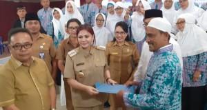 Bupati bersama 41 calon jemaah haji Minut bertempat di Lobi kantor Bupati