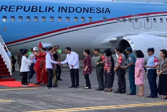 Presiden Joko Widodo dan Ibu Negara Iriana Joko Widodo saat tiba dan disambut Gubernur Sulut Olly Dondokambey SE dan Istri di Bandara Internasional Sam Ratulangi Manado, Kamis (04/07/2019).