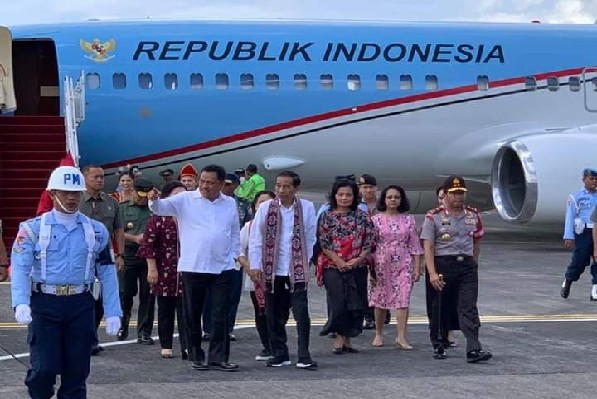 Gubernur Olly Dondokambey SE menerangkan kepada Presiden Joko Widodo terkait rencana Perluasan Bandara Internasional Sam Ratulangi Manado