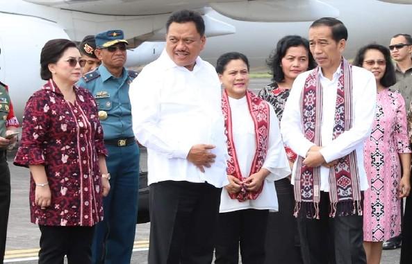 Dengan penuh keakraban tapi serius Presiden Joko Widodo menyimak keterangan rencana Perluasan Bandara