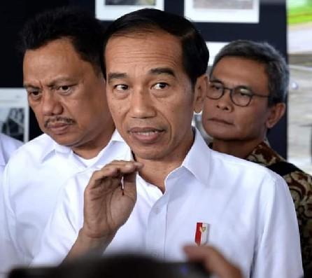 Presiden RI Joko Widodo memberikan keterangan terkait solusi dukungan Pembangunan Bandara Baru kepada wartawan di Terminal Bandara Internasional Sam Ratulangi Manado