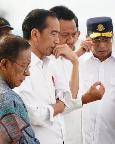 Gubernur Olly Dondokambey SE memberi penjelasan secara mendetail rencana pembangunan KEK Pariwisata Tanjung Pulisan Likupang kepada Presiden Joko Widodo dan para Menteri