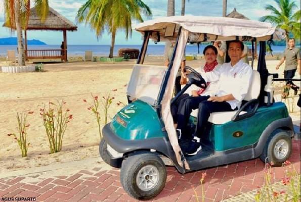 Presiden RI Joko Widodo dan Ibu Negara Iriana Joko Widodo saat menelusuri pantai di salah satu titik yang akan dibangun KEK Pariwisata Tanjung Pulisan Likupang Timur, Kabupaten Minahasa Utara