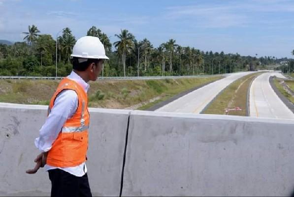 Presiden Jokowi saat mengunjungi lokasi proyek Jalan Tol Manado - Bitung