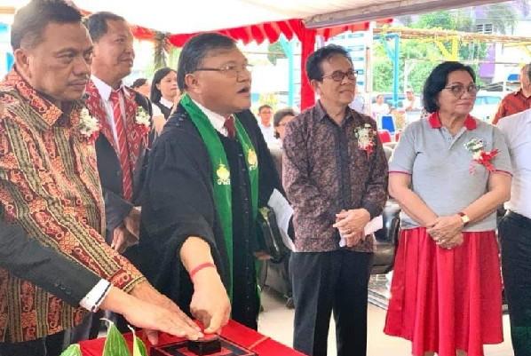 Gubernur Olly Dondokambey SE saat meresmikan gedung baru di lingkungan RSU GMIM Bethesda Tomohon, Sabtu (06/07/2019)