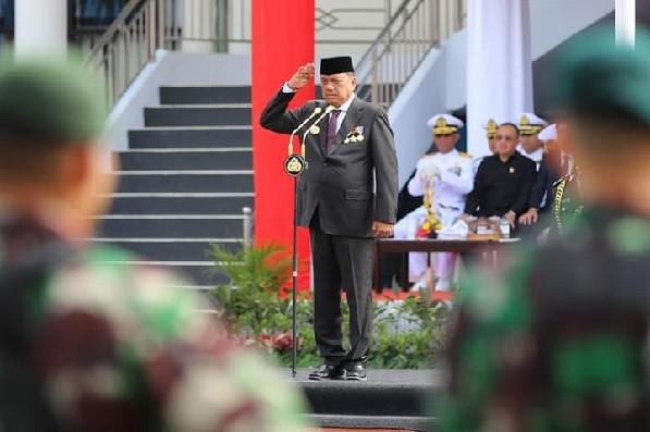 Gubernur Olly Dondokambey SE saat bertindak sebagai Inspektur Upacara dalam rangka memperingati Hari Bhayangkara ke 73 di Halaman Mapolda Sulut, Rabu (10/07/2019) pagi