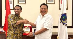 Gubernur Olly Dondokambey SE dan Dirut Pelindo IV Farid Padang saat bertukar Cendermata