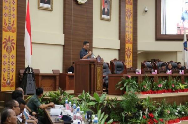 Wakil Gubernur Sulut Drs Steven OE Kandouw saat menyampaikan penjelasan tentang Ranperda APBD Perubahan TA 2019 di Ruang Sidang DPRD Sulut, Selasa (13/08/2019)