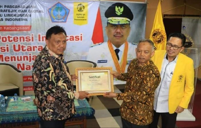 Gubernur Olly Dondokambey SE mendapat penghargaan oleh Civitas Akademik Universitas Indonesia yang dinilai ikut berkontribusi memberikan sumbangsih pemikiran-pemikiran terkait potensi investasi untuk peningkatan Ekonomi daerah dan nasional.