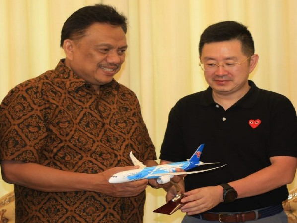 Gubernur Olly Dondokambey SE dan Vice President of China Southern Airlines Mr. Tan Guang