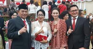 Joune Ganda dan Istri saat foto bersama dengan Berty Kapojos dan Istri di kantor DPRD Sulut usai pelantikan.