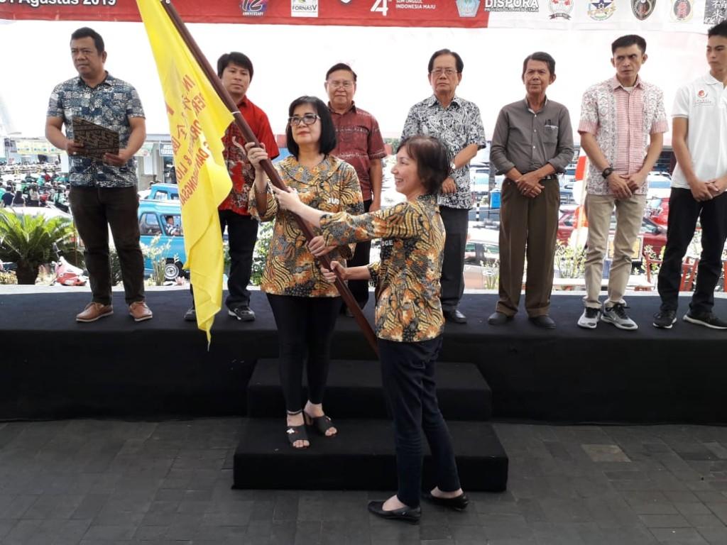 Penyerahan Petaka PLBSI dari Sekjen kepada Ketua PLBSI Sulut yang baru Dilantik Syane Loho. SH