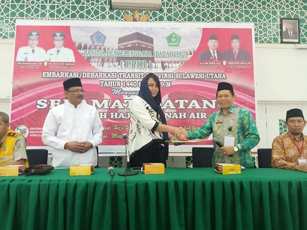 dr KARTIKA DEVI KANDOUW TANOS MARS, Karo Kesra Setda Pemprov Sulut saat menyalami perwakilan Jamaah Haji asal Sulut yang tiba di Debarkasi Balipapan, Kalimantan Timur, Jumat (13/09/2019)