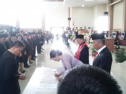 Bupati Dr Christiany Eugenia Tetty Paruntu SE dan Wabup Frangky Donny Wongkar SH saat menandatangani Berita Acara Pelantikan