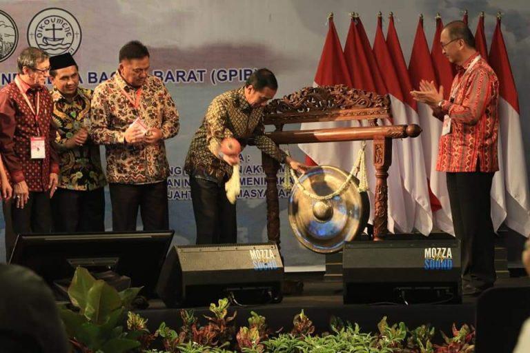 Didampingi Ketua FK PKB PGI Olly Dondokambey SE, Presiden RI Joko Widodo membuka secara resmi Jonas XIII FK PKB PGI Tahun 2019 ditandai dengan pemukulan Gong, Jumat (06/09/2019)