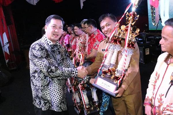 Wagub Drs Steven OE Kandouw saat menyerahkan Piala bagi Pemenang di SULUT EXPO 2018 silam