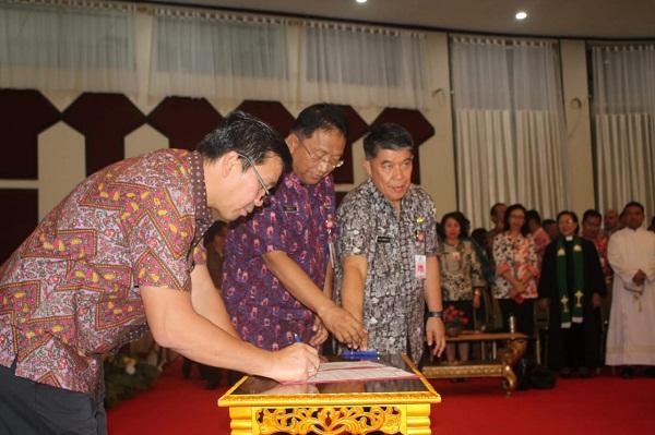 Wakil Gubernur Drs Steven OE Kandouw saat menandatangani dokumen acara Pelantikan Pejabat di Lingkup Pemprov Sulut, Kamis (12/09/2019)