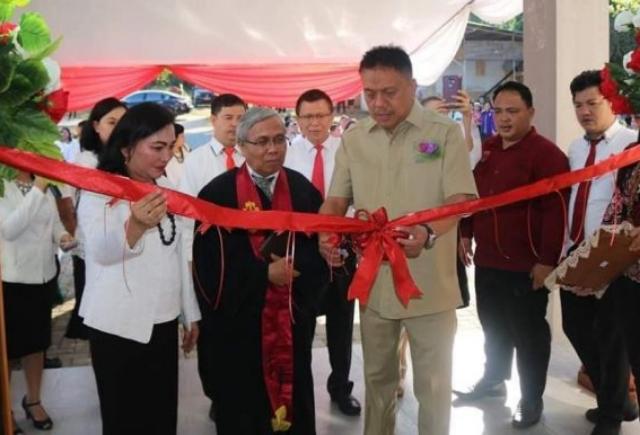 Gubernur Olly Dondokambey SE saat meresmikan Gedung Asrama Putra IAKN Manadi, Senin (07/10/2019)