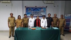 POSE: Foto bersama Kepala Dinas Sosial dan PMD Bobby Najoan bersama Penjabat Kumtua Sarawet dan Pontoh serta Camat Liktim, Sekcam Wori Kabid Pemdes R. Memajang dan Rohaniawan.(swphoto)
