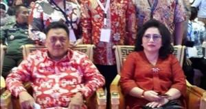 POSE: Berty Kapojos (kanan belakang) tampak foto bersama Gubernur Olly Dondokambey dan Ibu Rita Tamuntuan serta Anggota DPRD Sulut yang turut hadir di acara forum internasional.(ist)