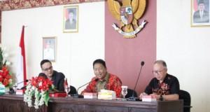 Sekretaris Daerah Provinsi Sulut Edwin Silangen SE MS saat memimpin rapat, Kamis (03/10/2019)