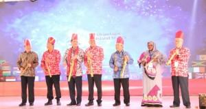 Pembukaan AIS Forum 2019 yang ditandai dengan pemukulan Tetengkoren (alat tradisional) di Manado, Kamis (30/10/2019)