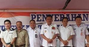 Gubernur Olly Dondokambey didampingi kepala Kantor ATR/BPN Minut saat penyerahan sertifikat tanah masyarakat di Wilayah Likupang pada awal tahun 2019.