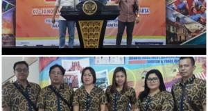 POSE: Kepala Dinas Jack Paruntu dan Sekertaris Richard Dondokambey bersama staf DPMPTSP Minut saat mengikuti Pameran di Jakarta.