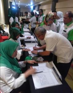 Wabup Lengkong tampak melakukan registrasi pendaftaran dalam Rapimnas.