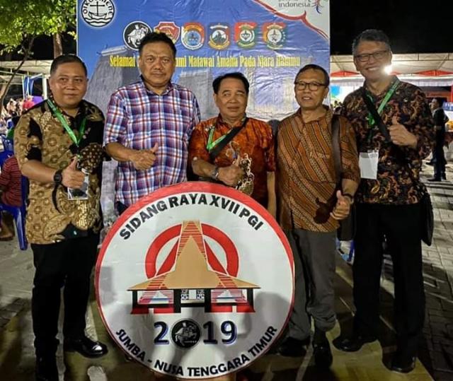 Gubernur Olly Dondokambey SE yang juga sebagai Ketua Forum Komunikasi Pria Kaum Bapak Persekutuan Gereja-Gereja di Indonesia (FK PKB PGI) foto bersama peserta Sidang Raya XVII PGI.