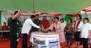 Penekanan tombol pencanangan Proyek pembangunan Fasilitasi Pendidikan dan Kesehatan oleh Yayasan SDK Sulut.