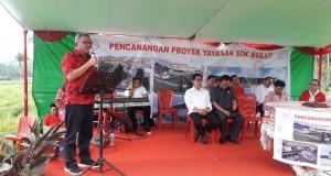 SAMBUTAN: Wakil Bupati Minut Ir. Joppi Lengkong M.Si saat membacakan sambutan pada Pencanangan Proyek Yayasan SDK Sulut di Desa Lemben, Kecamatan Kauditan.
