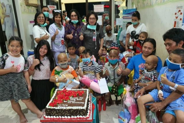 First Lady Sulut Ir Rita Maya Dondokambey Tamuntuan saat berkunjung di Pusat Kanker Anak Estella, Selasa (19/11/2019).
